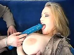 Cowbabe tries long dildo