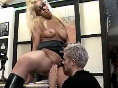 Office girl and boss make oralsex